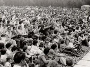 Ing. B. Chloupek mezi účastníky slavnosti míru v Cikháji (v páté řadě) u Památníku partyzánského odboje