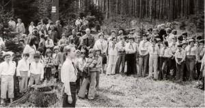 Zástupce dětí a pionýrů informuje dne 5. 5. 1976 u Stříbrné studánky na Źákově hoře v Cikháji Ing. B. Chňoupka a okresní představitele o počtu vyčistěných studánek a vysázených keřů a stromků