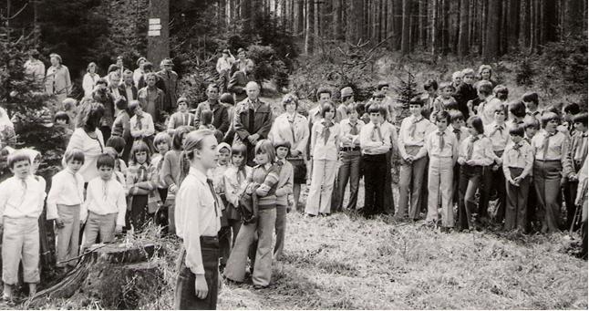 Děti na Žákově hoře u Stříbrné studánky při hlášení počtu vyčistěných studánek a výsadbě stromků v roce 1976