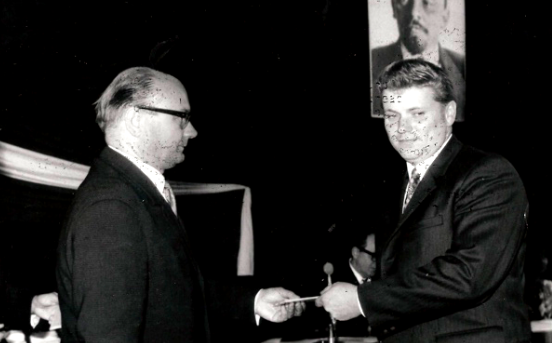 Rudolf Hegenbart přebírá vroce 1969 Diplom o ukončení vysoké školy politické od rektora školy prof. M. Hýbla