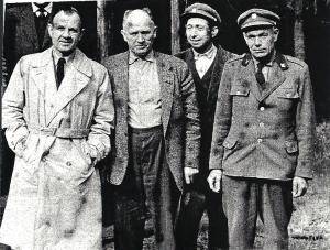 S občany Herálce na kótě 801 velitel partyzánského oddílu N. Melničuk (vlevo) a partyzán hajný Adolf Haman z Cikháje (vpravo)