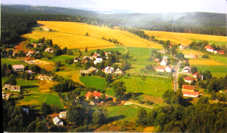 Pohled na obec pořízený vroce 1992 při letu rogalem