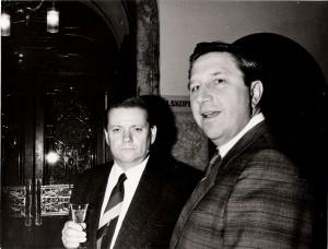 Vlevo R. Hegenbart, vpravo gen. Lorenc při setkání ze západními velvyslanci v Praze, které organizovala Vysoká škola ekonomická