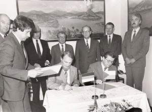 Rudolf Hegenbart vpravo při podpisu Úmluvy, vlevo ministr vlády Severní-Porýní-Vesfálsko