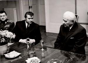Vpravo president republiky Ludvík Svoboda, vlevo R. Hegenbart, zcela vlevo náčelník vojenské kanceláře presidenta republiky