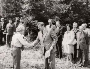 Pří slavnosti Otevírání studánek člen pionýrské organizace mně předal seznam o výsadbě stromků, keřů a vyčistění studánek v okrese. V pozadí další činitelé okresu Žďár nad Sázavou.