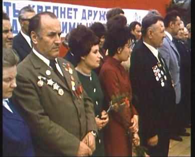 Zleva náčelník štábu oddílu Zarevo F. Kadlec – Ivan Hrozný, vpravo od něj dcery padlého velitele brigády M. J. Hus u Leškovic majora Fomina a vpravo velitel oddílu Vpřed major Melničuk – Orel vCikháji vroce 1975 na setkání všech členů partyzánských skupin