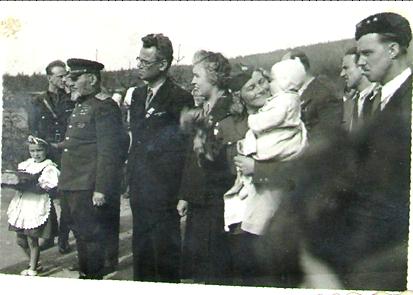 Generál Kovpak při projevu kobčanům Cikháje spolu se svým doprovodem a dcerkami vězněné Marie Beránkové, dcery Josefa Vajse, kterému německá vojska vypálila domek