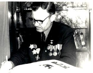 Nikolaj Melničuk při podpisu fotografií v Cikháji vroce 1975