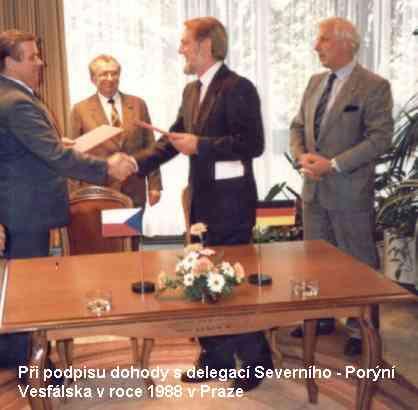 při podpisu dohody s delegací Severního Porýní-Vestfálska v roce 1988 v Praze