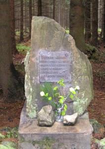 Památník v místě kde svedli partyzáni dne 27. 4. 1945 poslední vítězný boj s Němci o výsadek