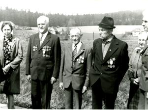 Karel Němec, druhý zleva, spolu sdalšími, kteří se zúčastnili setkání partyzánských skupin vCikháji vroce 1975 - zcela vlevo Růžena Doležalová ze Škrdlovic, vpravo od Karla Němce Josef Roučka, Adolf Haman a Marie Ptáčková všichni zCikháje