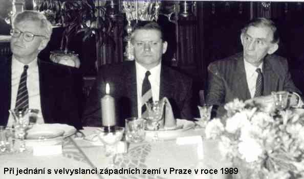 při jednání s velvyslanci západních zemí v Praze v roce 1989