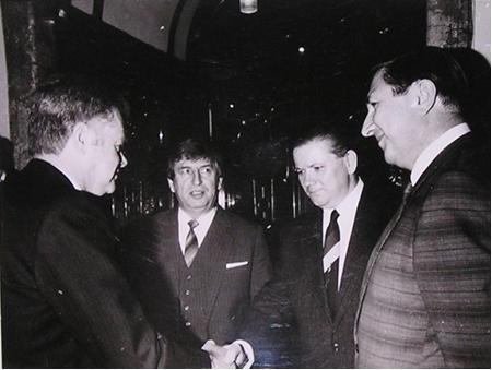 Rudolf Hegenbart se zdraví s účastníky besedy s velvyslanci západních zemí, kterou organizovala Vysoká kola ekonomická na podzim roku 1989