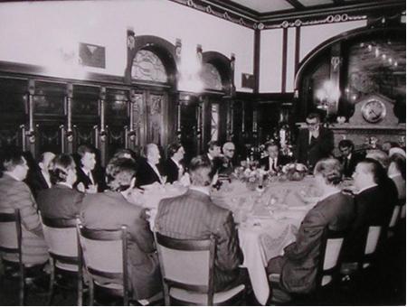 Účastníci setkání s velvyslanci západních zemí v hotelu Paříž. Hosty vítá rektor prof. Brůžek