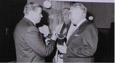 Rudolf Hegenbart přebírá diplom od rektora VUT Brno za aktivity v oblasti rozvoje oboru tváření v roce 1985